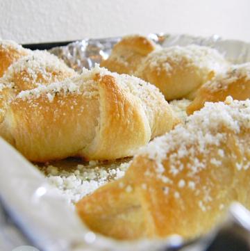 Garlic Parmesan Crescent Rolls | www.momstestkitchen.com